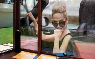 Chica elegante en coche